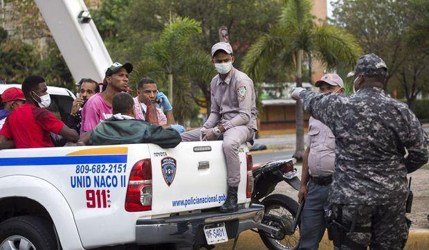 Arrestan a 1,436 personas por violar el toque de queda.
