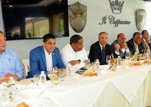 Presidente del Comité Organizador del TBS Distrito, José Ramón Peralta, ministro administrativo de la Presidencia, durante un encuentro con editores deportivos.
