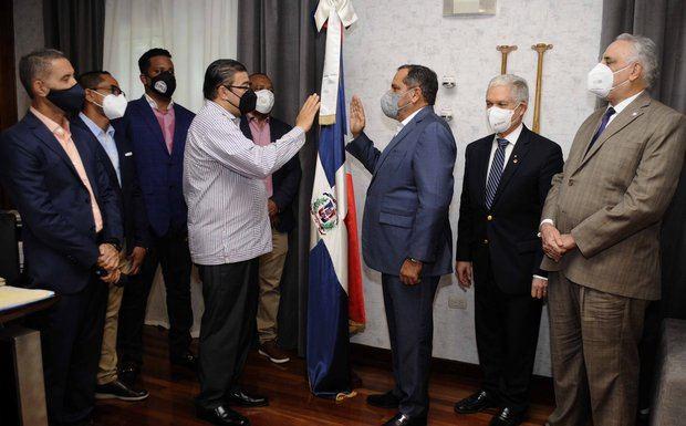 Camacho juramenta a expelotero profesional Junior Noboa como comisionado nacional de béisbol