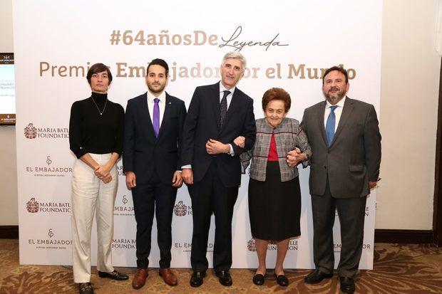 Doña Mery Pérez de Marranzini y Ventura Serra, junto a otros galardonados.