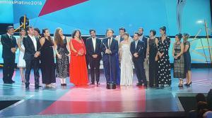 El equipo de Una Mujer Fantástica recibe el Platino a Mejor Película Iberoamericana.