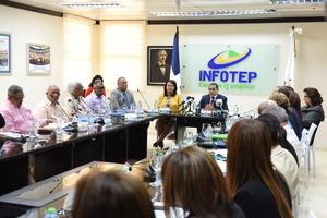 El Director General del INFOTEP junto a gobernadores de la zona fronteriza.