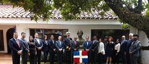 El personal de la embajada dominicana, y el presidente de la Fundación Luces & Sombras, Juan Gilberto Núñez, junto al busto de Juan Pablo Duarte