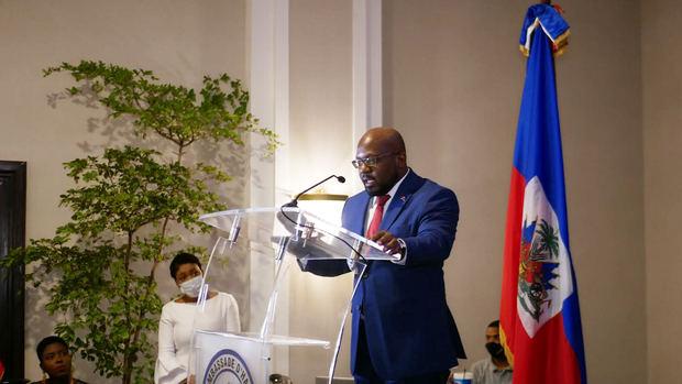 Embajador Smith Augustin pronuncia las palabras centrales del acto en honor a la bandera Haitiana celebrado en el hotel El Embajador.