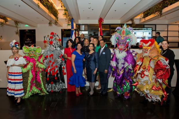 Embajadora Lourdes Kruse y funcionarios de la misión con Diablos Cojuelos.