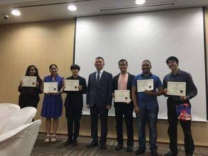 Embajador Byung-yun Kim junto a los Ganadores.