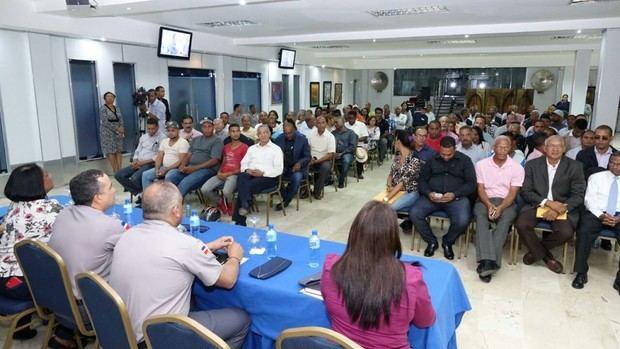 El mayor general Ney Aldrin Bautista Almonte en compañía de los líderes sociales