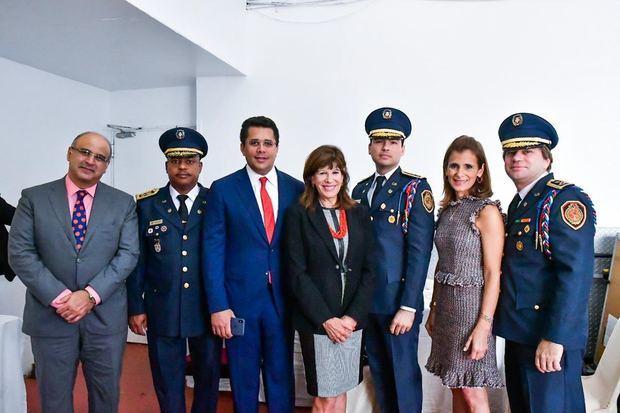 Alcalde David Collado y la embajadora de Estados Unidos, Robin Bernstein junto a los principales oficiales en el Primer Encuentro Anual de Bomberos.