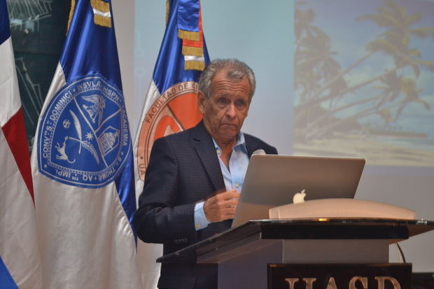 Enrique de León interviene en el Panel Cambio Climático y Turismo en República Dominicana, celebrado en el Paraninfo Ricardo Michel de la Facultad de Ciencias Económicas y Sociales de la Universidad Autónoma de Santo Domingo, UASD.