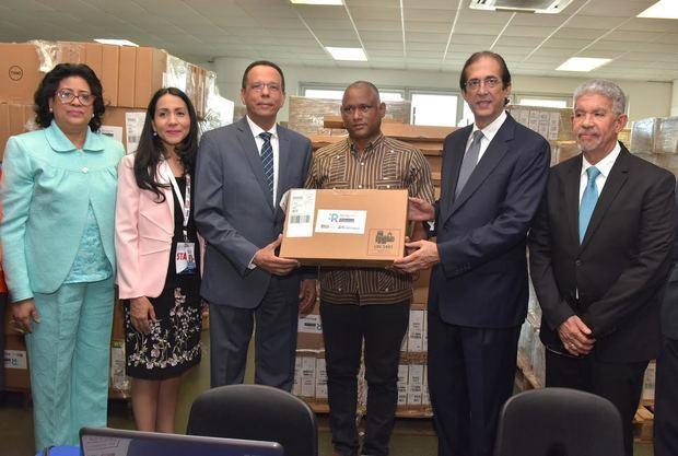 Ministro de la Presidencia, Gustavo Montalvo y ministro de Educación, Antonio Peña Mirabal, entregan más de 25 mil computadoras a estudiantes.