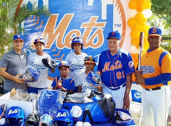 """Mets de New York dona equipos a niños """"Futuras Estrellas"""" en RD"""