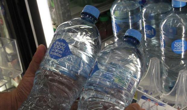 Vista este miércoles de botellas de agua hechas de materiales reciclados, en Ciudad de México, México.