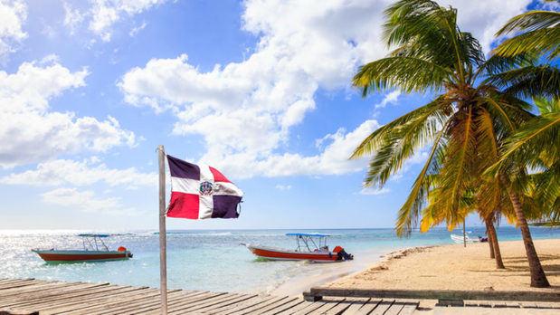 Bandera de la República Dominicana izada en la Isla Saona.