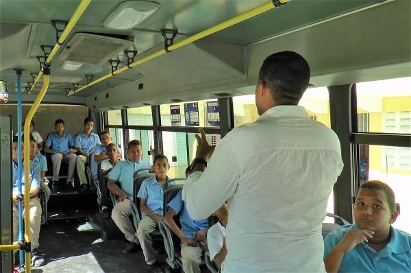 OMSA capacita tres nuevas escuelas sobre conducta en autobuses y seguridad vial