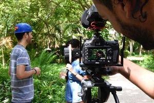 Estudiantes de la carrera de cine, realizando proyecto