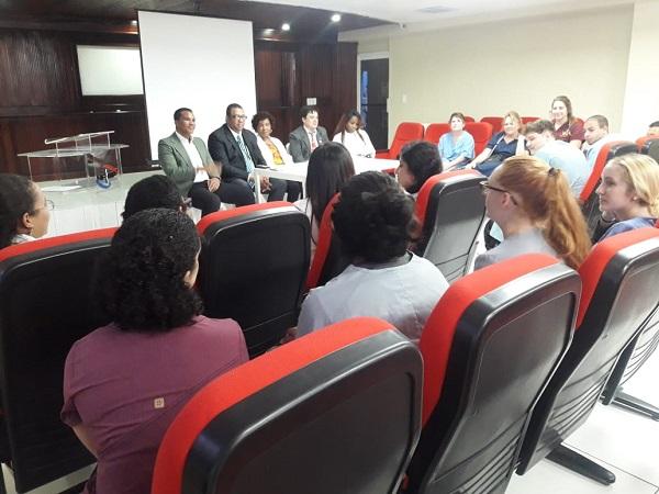 Estudiantes de medicina de la Universidad de Michigan visitan Moscoso Puello