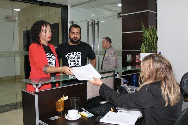 Directivas de la Plataforma #CeroDiscriminaciónRD se presentaron a la sede del Ministerio de Educación para entregar un documento con mas de mil firmas en apoyo a la Orden Departamental 33-2019.