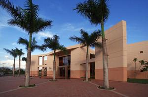 Explanada frontal del Centro Cultural Eduardo León Jimenes.