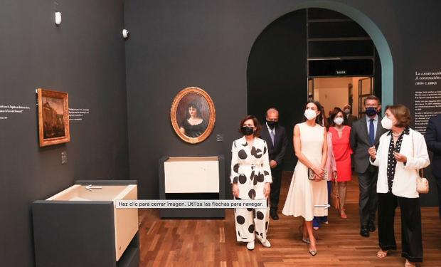 Doña Letizia durante su recorrido por la exposición.