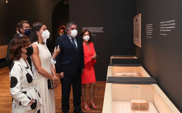 Su Majestad la Reina acompañada de las autoridades asistentes al acto recorre la exposición 'Emilia Pardo Bazán. El reto de la modernidad'