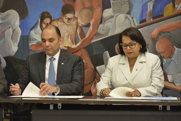 Aduanas y UASD suscriben acuerdo Maestría Gestión Aduanera y Comercio