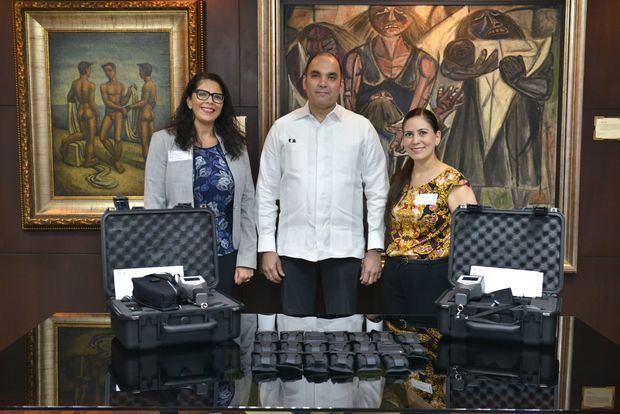 Director de Aduanas, Enrique Ramírez P., (al centro) recibe equipos identifican material radioactivo de parte  de Mónica Dorado, (derecha) asesora de Control de Exportaciones y Seguridad Fronteriza Afín, y de Shaleen M. White, (izquierda) coordinadora regional, ambas de la Embajada de los Estados Unidos en Panamá.
