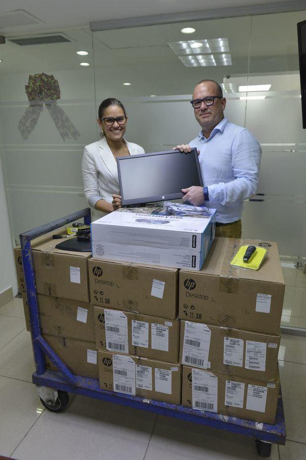 Bob Van den Berghe, coordinador regional del CCP, entrega a Raquel Soriano, gerente de Inteligencia Aduanera,  equipos y programas tecnológicos.