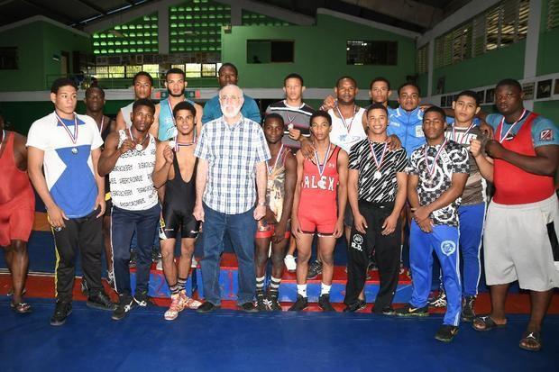 Fuerza Aérea gana competencias por equipo Campeonato de Lucha