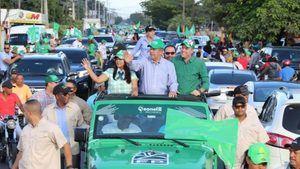 Leonel Fernández califica apoyo a la FP de impresionante durante recorrido en La Vega en apoyo a candidatos municipales.