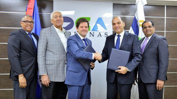 Enrique A. Ramírez Paniagua, director general de Aduanas, y Marcos A. Henríquez, presidente de Adacam, firmaron el convenio en la sede de Aduanas,