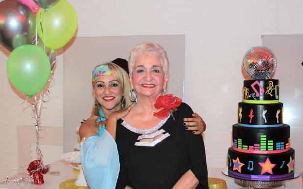 Margarita Mendoza celebra su cumpleaños 70 en compañía de amigos y familiares.