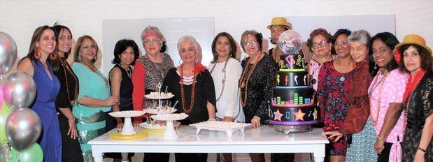 Margarita Mendoza en compañía de algunos de los invitados.
