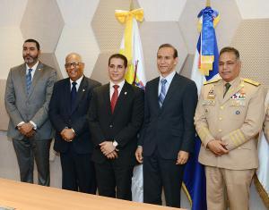 El subgerente del CNSS, Eduard del Villar; el Ministro de trabajo, Winston Santos; el ministro de Defensa, teniente general ERD, Rubén Darío Paulino Sem y el gerente general del CNSS, Rafael Pérez Modesto durante la entrega.