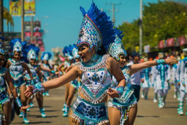 Barranquilleros rinden tributo a la tradición del Carnaval con la Gran Parada
