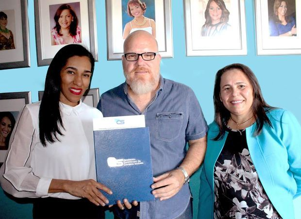 ADCS firma convenio con artesano Patricio Correa