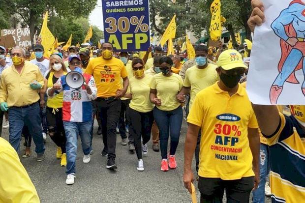 Decenas marchan para exigir la entrega del 30 % de los fondos de pensiones.