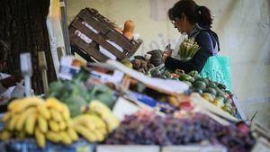 Una mujer compra frutas y verduras en una feria comunitaria para combatir la inflación en Buenos Aires (Argentina).