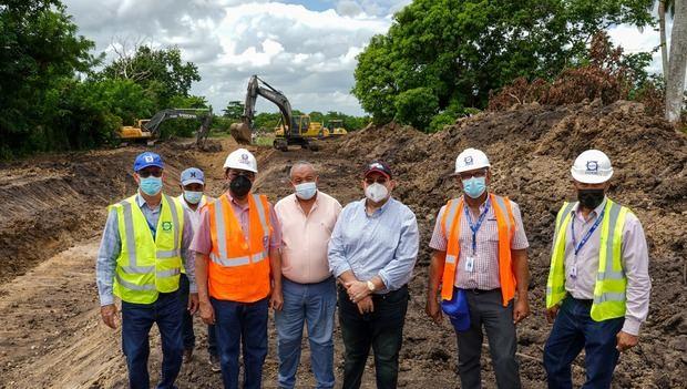 INDRHI inspecciona obras del Este y dialoga con arroceros sobre mejoras al riego.