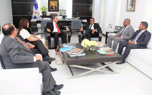Directivos del Instituto Duartiano visitan Rubén Maldonado, presidente del hemiciclo.