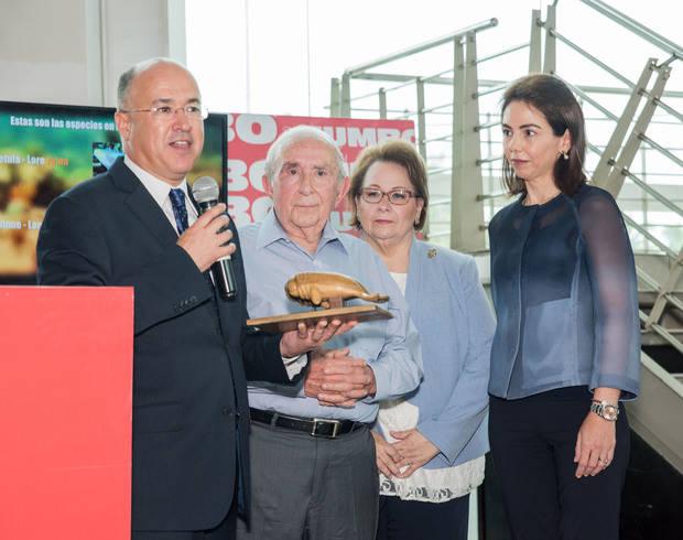 González Corripio recibe del ministro Domínguez Brito, distinción para CCN