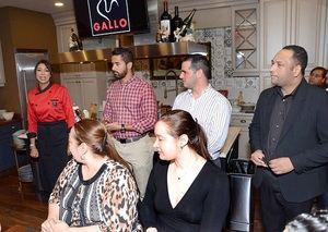 Gabriella Reginato se dirige a los asistentes en el cooking show con pastas gallo