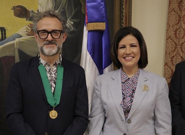 Margarita Cedeño entrega medalla