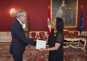 Embajadora Lourdes Victoria-Kruse al momento de presentar sus Cartas Credenciales.