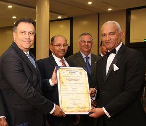Miembros de la Comisión Electoral entregan el certificado de nuevo presidente del Colegio de Notarios a Pedro Rodríguez Montero.