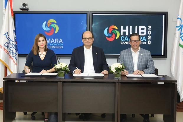 Foto 1:Odile Miniño Bogaert, vicepresidente ejecutiva de Adoexpo; Antonio Ramos, vicepresidente ejecutivo de la Cámara y César Dargam, vicepresidente del Conep, luego de la firma del acuerdo.