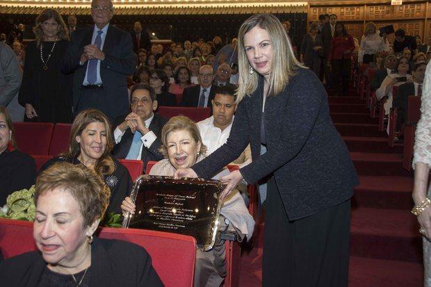 Margarita Miranda de Mitrov entrega reconocimiento a Doña Margarita Copello de Rodriguez.
