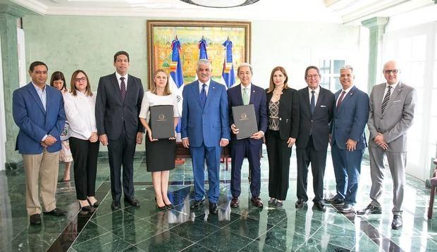 En el centro, Luis Concepción, presidente de Adoexpo; Clara Reid, decana del C; Miguel Vargas, ministro de Relaciones Exteriores y directivos de las entidades que involucradas en este acuerdo.
