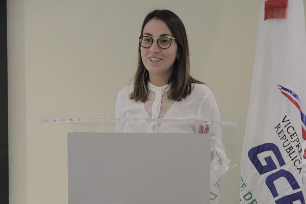 Ana Ortega, encargada de Alianzas Estratégicas y Acuerdos Interinstitucionales del proyecto Tú Primero de la Vicepresidencia, presenta las bases del concurso Innovapp 2018.