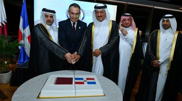 El ministro de medio ambiente y el subsecretario de industria y comercio mientras cortaban el pastel bilateral, dando por concluida la parte formal de la celebración del 176 aniversario de la independencia nacional.