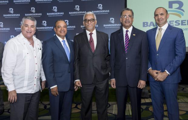 El administrador general de Banreservas, Enrique Ramírez Paniagua, habla luego de la firma del acuerdo con la Fundación Reservas y DIGEPEP.